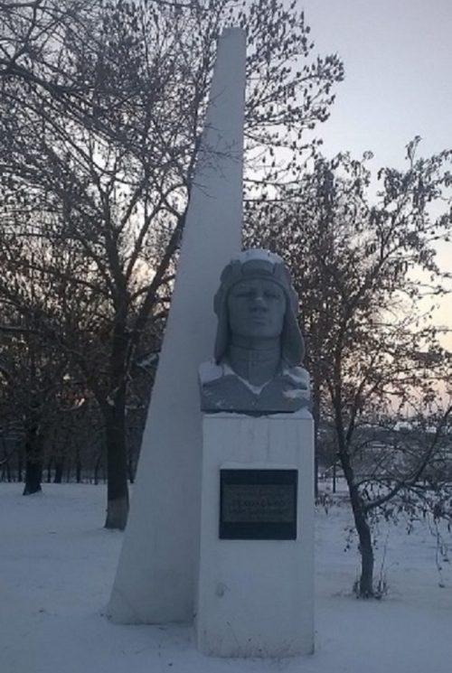 с. Абазовка Полтавского р-на. Памятник-бюст Герою Советского Союза И.В. Белоусько.