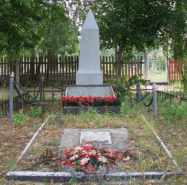 с. Безручки Полтавского р-на. Могила советского воина и памятный знак павшим воинам-землякам.