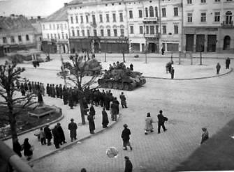 Красноармейцы входят в Черновцы. Март 1944 г.