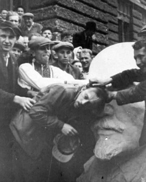 Еврея заставляют целовать бюст Ленина. 1 июля 1941 г.
