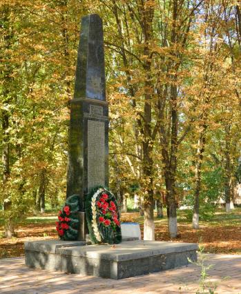 с. Бричковка Полтавского р-на. Памятник погибшим воинам-землякам, установленный в 1973 году.