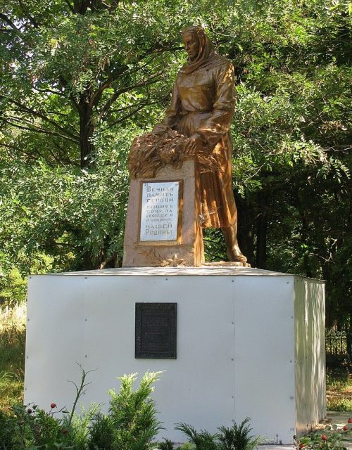 с. Васильевка Полтавского р-на. Памятник советским воинам, установленный в 1967 году.