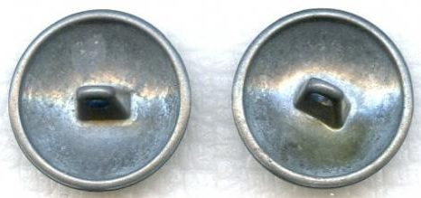 Литые пуговицы позднего военного производства диаметром 19 мм.
