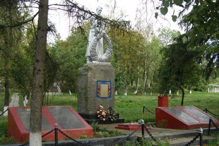 с. Сенча Лохвицкого р-на. Памятник погибшим односельчанам.