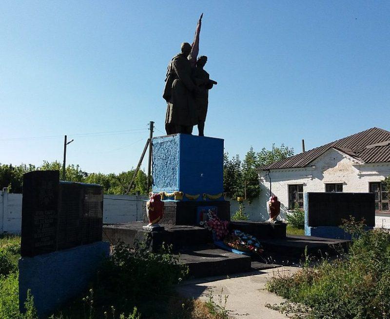 с. Новая Галещина Козельщинского р-на. Памятник, установленный в 1959 году на братской могиле советских воинов и мемориальные плиты с именами погибших земляков.