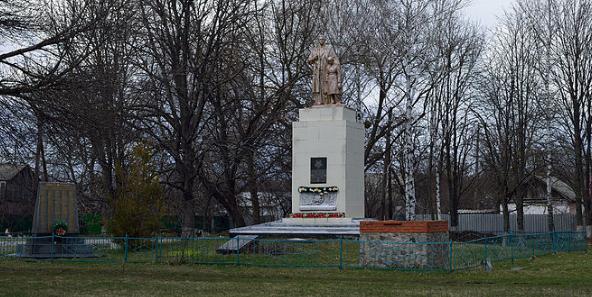 с. Великий Тростянец Полтавского р-на. Памятник погибшим воинам-землякам, установленный в 1954 году.