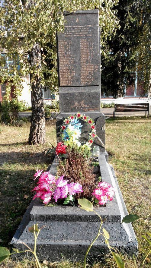 с. Сенча центр присоединенного с. Кононивка Лохвицкого р-на. Памятный знак погибшим воинам-землякам в годы гражданской и Великой Отечественной войн.