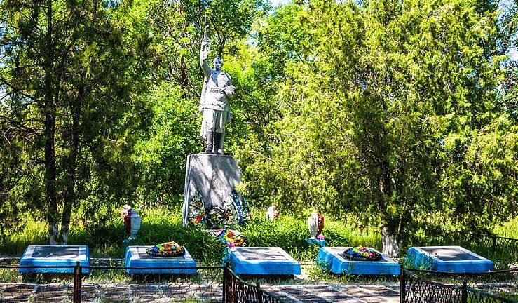 с. Пески Козельщинского р-на. Памятник, установленный в 1957 году на братской могиле советских воинов и мемориальные плиты с именами погибших земляков.