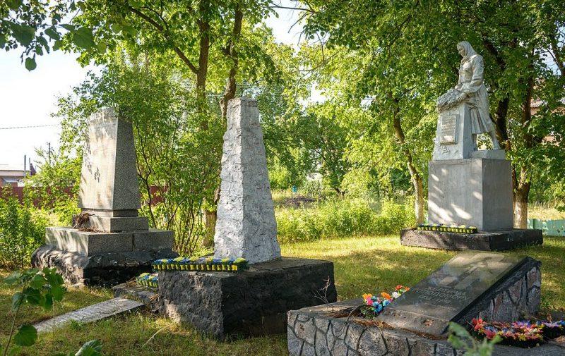 с. Гожули Полтавского р-на. Памятник погибшим воинам-землякам, установленный в 1955 году.
