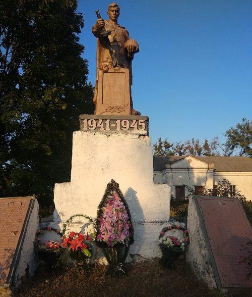 с. Старый Хутор Лохвицкого р-на. Памятник, установленный в 1958 году павшим воинам-землякам.