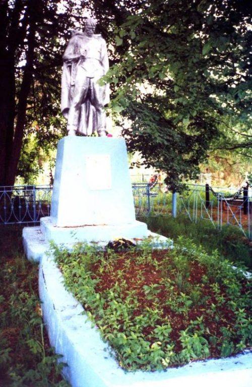 д. Егорье Бельского р-на. Памятник, установленный в 1955 году на братской могиле, в которых похоронен 2141 советский воин, в т.ч. 102 неизвестных, погибших в годы войны.