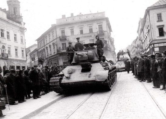 Красная Армия в освобожденном городе. Март 1944 г.