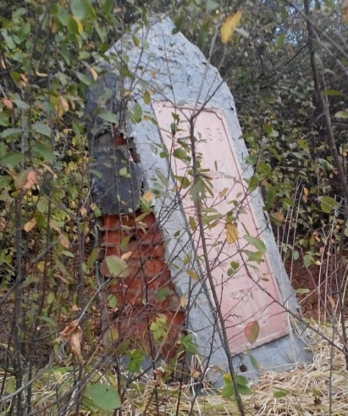 с. Степное Лохвицкого р-на. Памятный знак погибшим воинам-землякам, установленный в 1971 году.