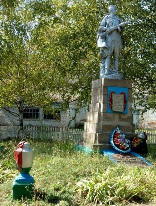 с. Прилипка Козельщинского р-на. Памятник, установленный на братской могиле советских воинов, погибших в годы войны.