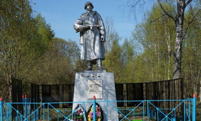 д. Заболотье Бельского р-на. Памятник, установленный в 1954 году на братской могиле, в которой похоронено 1271 советский воин, в т.ч. 5 неизвестных, погибших в годы войны.