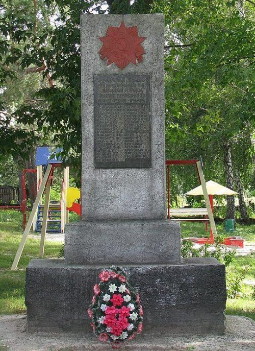 с. Зенцы Полтавского р-на. у клуба Памятный знак погибшим воинам-землякам, установленный в 1978 году.