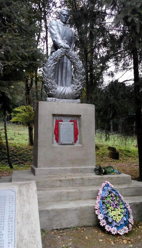 с. Харьковцы Лохвицкого р-на. Памятник погибшим воинам-землякам, установленный в1958 году.