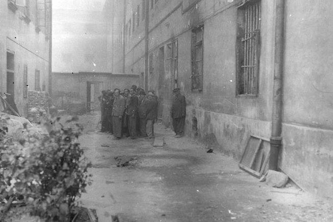 Евреи перед расстрелом во дворе тюрьмы.