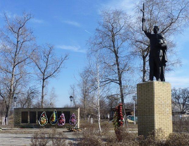 с. Солоница Козельщинского р-на. Памятник, установленный в 1957 году на братской могиле советских воинов и мемориальные плиты с именами погибших земляков.
