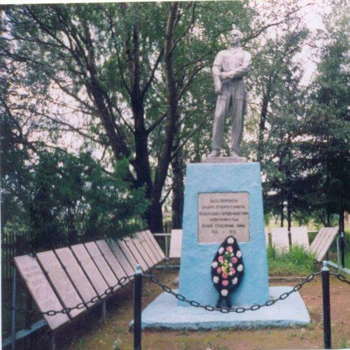 с. Кавельщино Бельского р-на. Памятник, установленный в 1954 году на братской могиле, в которой похоронено 744 советских воинов, в т.ч. 40 неизвестных, погибших в годы войны.