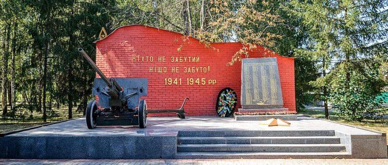 с. Калашники Полтавского р-на. Памятный знак погибшим воинам-землякам, установленный в 1967 году.