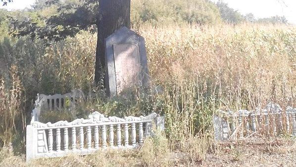 с. Шевченково Лохвицкого р-на. Памятный знак погибшим воинам-землякам, установленный в 1971 году.