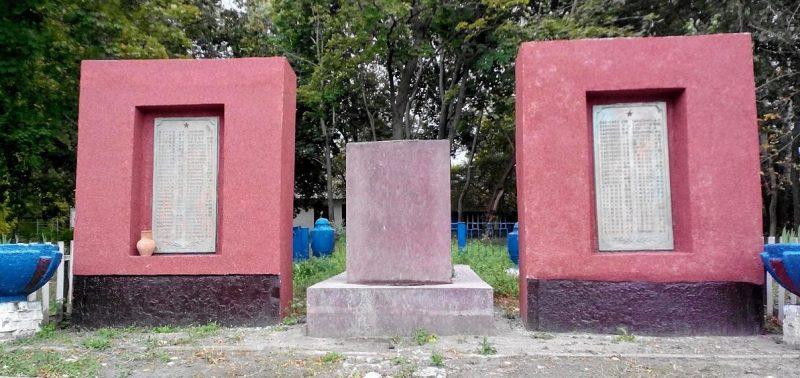 с. Яблоновка Лохвицкого р-на. Братская могила советских воинов и памятный знак павшим воинам-землякам, установленные в 1957 году.