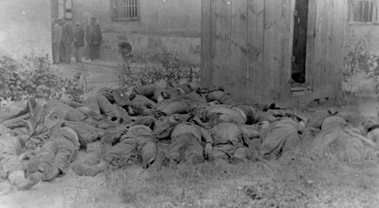 Расстрелянные евреи во дворе тюрьмы.