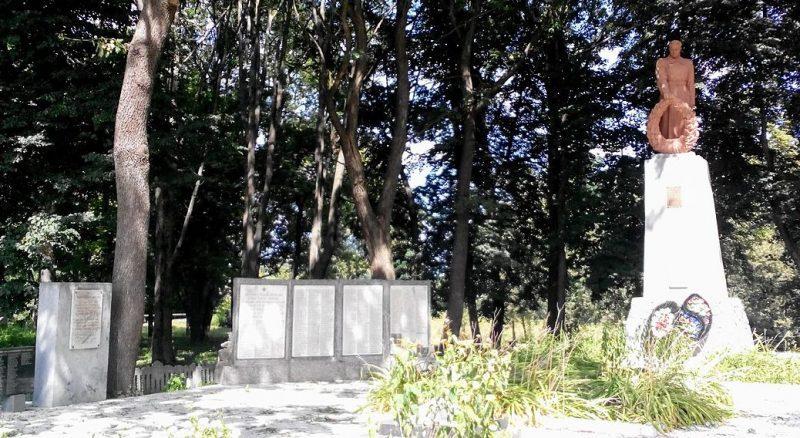 с. Бельск Котелевского р-на. Памятник, установленный в 1954 году на братской могиле советских воинов, погибших при освобождении села, среди которых похоронен Герой Советского Союза М.В.Шишкин