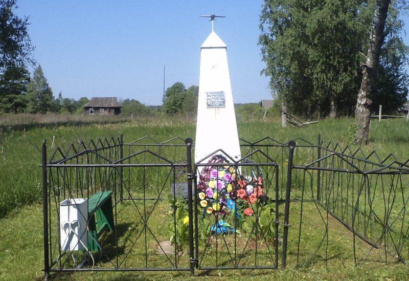 д. Котово Бельского р-на. Братская могила двух советских воинов.