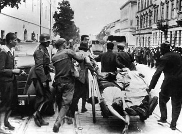 Тела убитых евреев свозят к месту захоронения. 3 июля 1941 г.