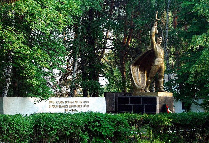 с. Деревки Котелевского р-на. Памятник, установленный в 1975 году на братской могиле советских воинов и мемориальные плиты с именами погибших земляков.