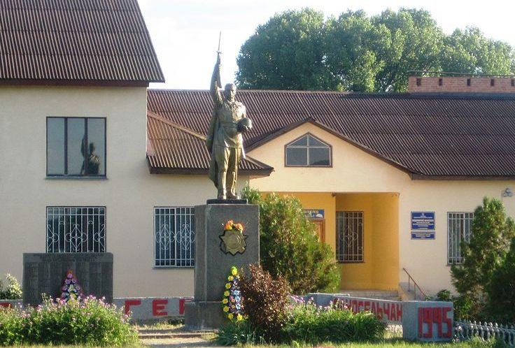 с. Козловщина Котелевского р-на. Памятник, установленный в 1957 году на братской могиле советских воинов и мемориальные плиты с именами погибших земляков.