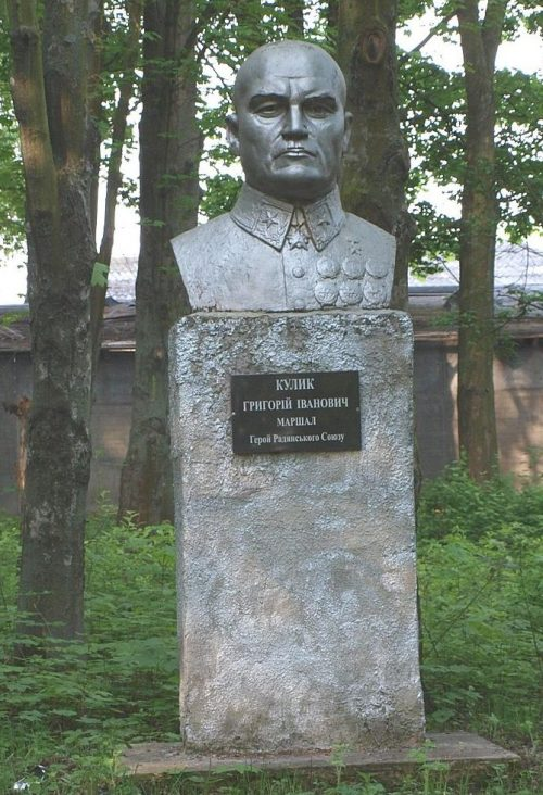 с. Куликово Полтавского р-на. Бюст земляку Герою Советского Союза Г. И. Кулику.