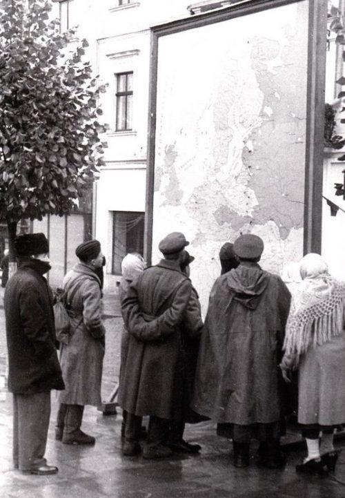 Карта с линией фронта на улице. Апрель 1944 г.