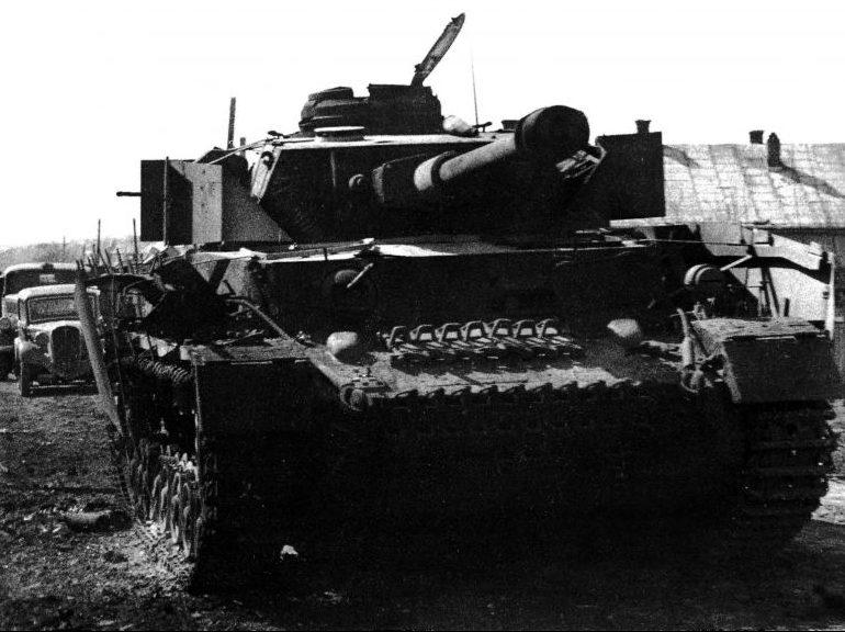 Немецкий танк, подбитый в городе. Апрель 1944 г.