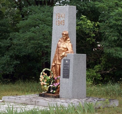 с. Макуховка Полтавского р-на. Памятник погибшим воинам-землякам, установленный в 1973 году.