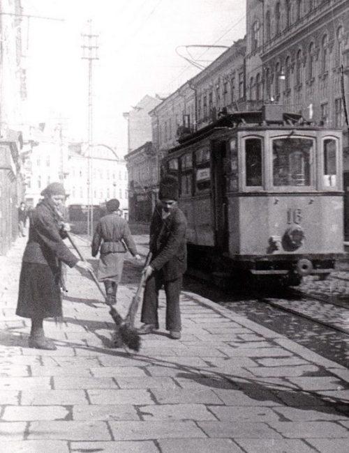 Уцелевшая улица. Апрель 1944 г.