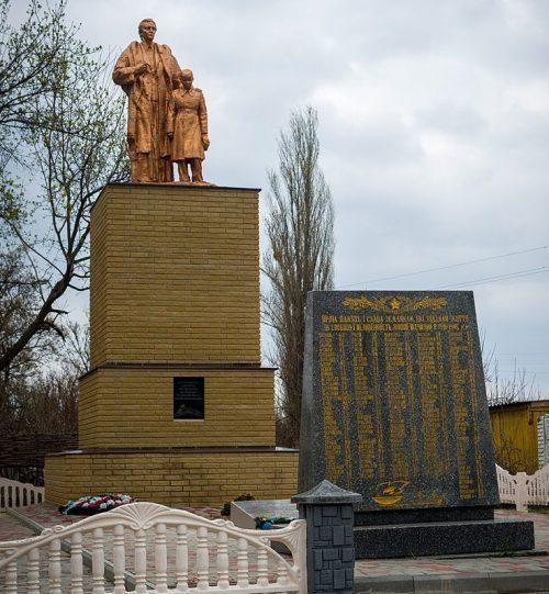 с. Мильцы Полтавского р-на. Памятник, установленный в 1957 году на братской могиле советских воинов и мемориальные плиты с именами павшим земляков.