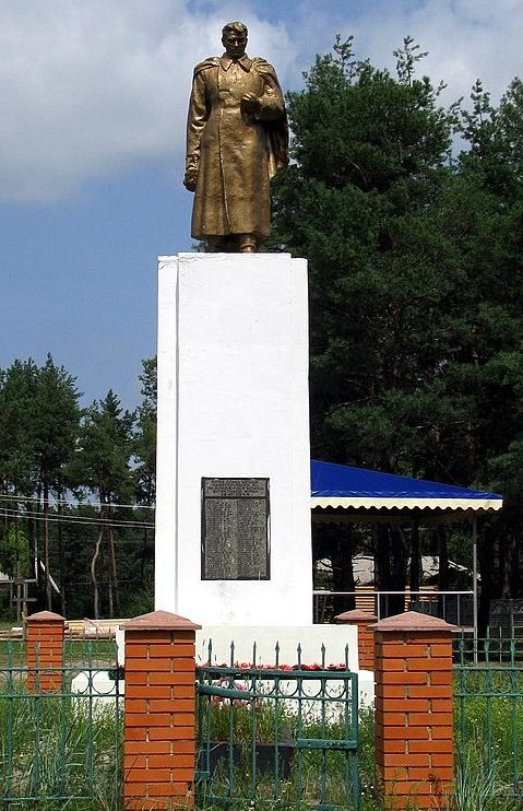 с. Никольское Полтавского р-на. Памятник погибшим воинам-землякам, установленный в 1954 году.