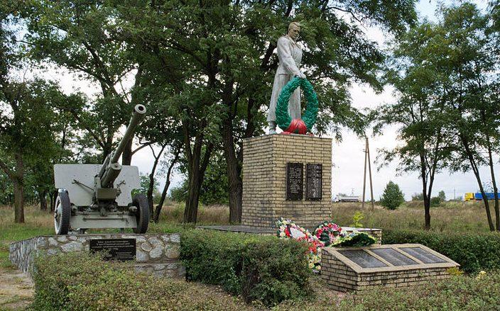 с. Дмитровка г. Комсомольск (Горишние Плавни). Памятник, установленный в 1957 году на братской могиле советских воинов и мемориальные плиты с именами погибших земляков.