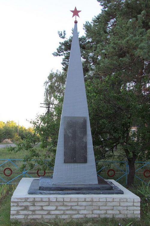 с. Новоселовка Полтавского р-на. Памятник погибшим воинам-землякам, установленный в 1967 году.