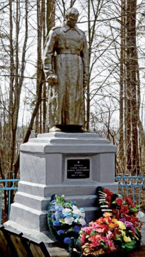 Бологовский р-н, 316 км. Октябрьской железной дороги. Памятник, установленный на братской могиле советских воинов.