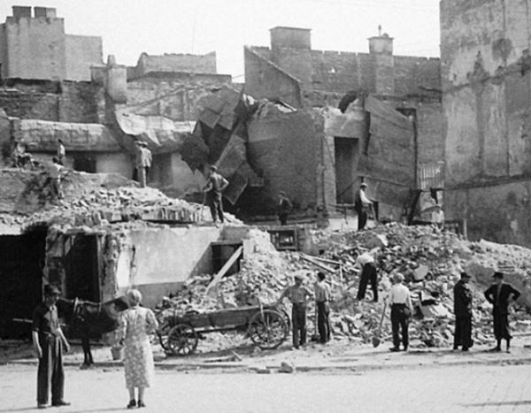 Горожане разбирают завалы Лето 1944 г.