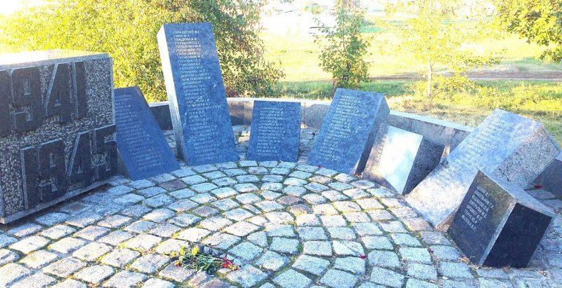 с. Рыбци Полтавского р-на. Памятник погибшим воинам-землякам, установленный в 1998 году.