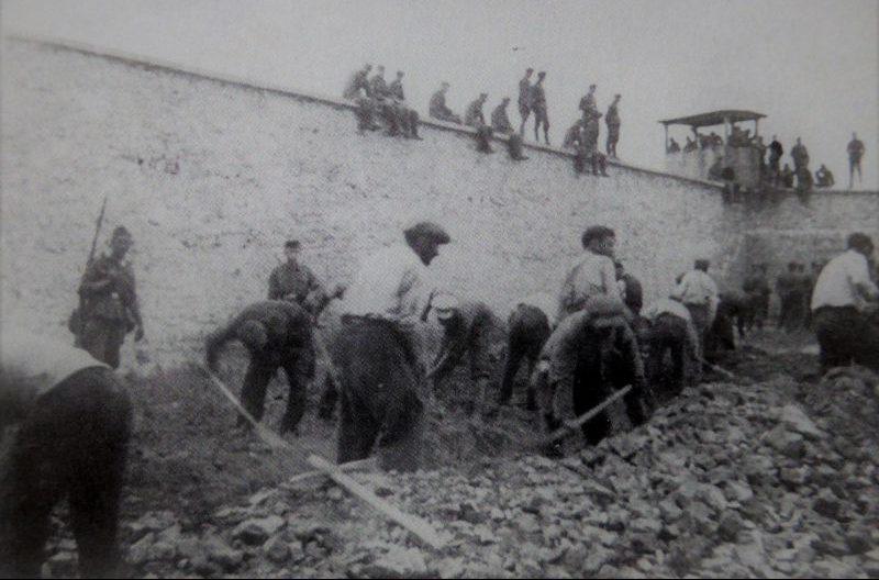 Советские граждане копают себе могилу перед расстрелом. Июнь 1941 г.