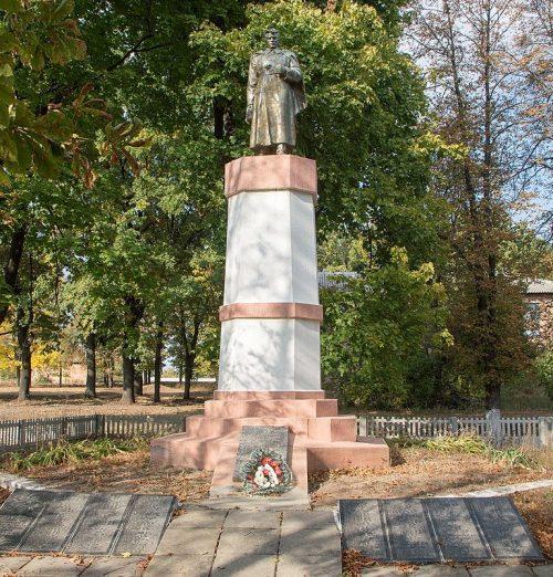 с. Тахтаулово Полтавского р-на. Памятник погибшим воинам-землякам, установленный в 1957 году.