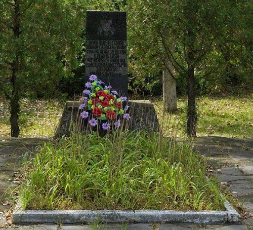 с. Низы г. Комсомольск (Горишние Плавни). Памятный знак павшим воинам-односельчанам, установленный в 1956 году.