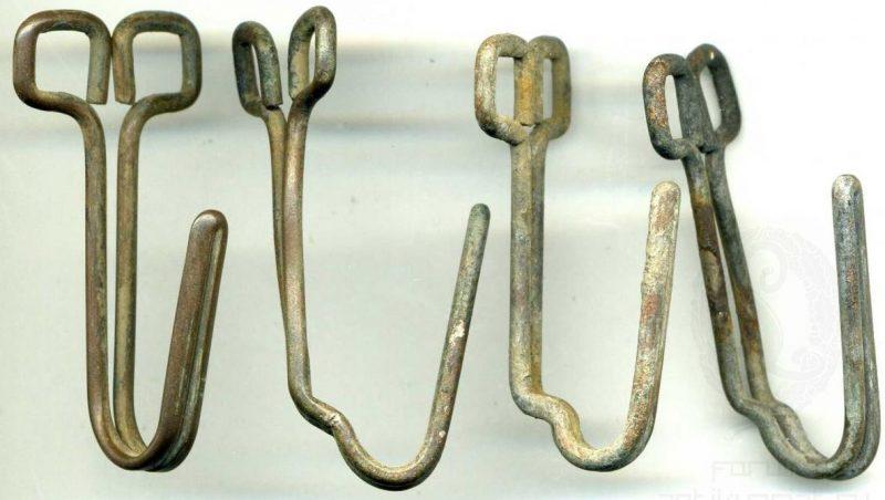 Комплект крюков для поддержки ремня из бундтметалла.