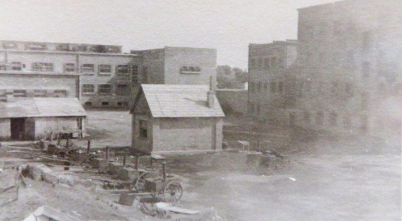 Двор тюрьмы ГПУ. Июнь 1941 г.
